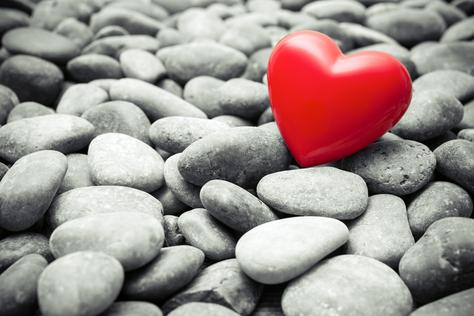 Rotes Herz auf Steinen