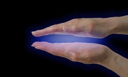 Hände mit blauer Energie dazwischen