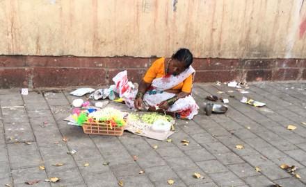Indische Frau auf Trottoir