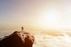 Mann auf Felsen Sonnenaufgang