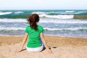 Frau am Strand glücklich