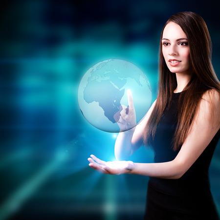 Frau hält eine Weltkugel