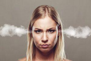 Frau mit Dampf aus den Ohren