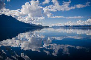 Himmel spiegelt sich im Wasser