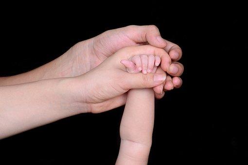 3 Hände greifen ineinander