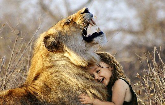 Löwe mit kleinem Kind