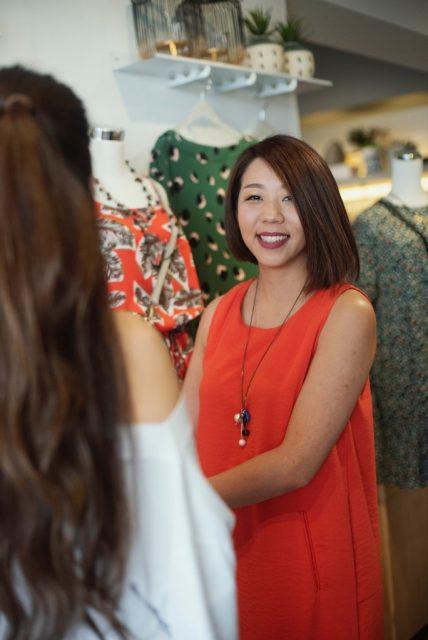 Verkäuferin im Bekleidungsgeschäft