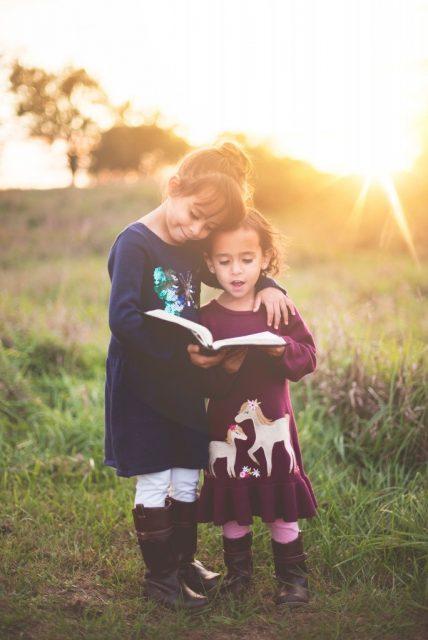 2 Kinder lesen ein Buch