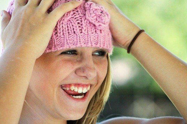 Lachendes Mädchen mit Strickmütze