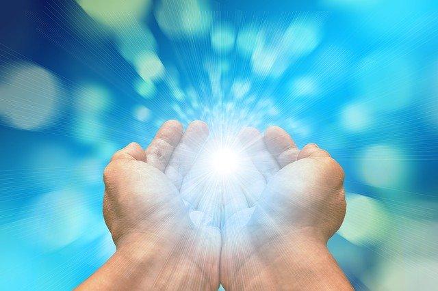 Hände empfangen Licht